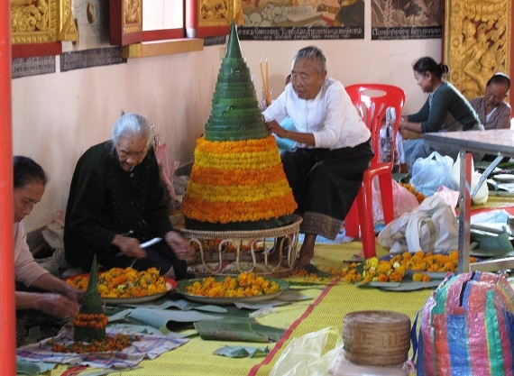 Women making 'paw kwan' at the Peace Stupa